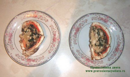 Судак запеченый, фаршированный лососем и грибами